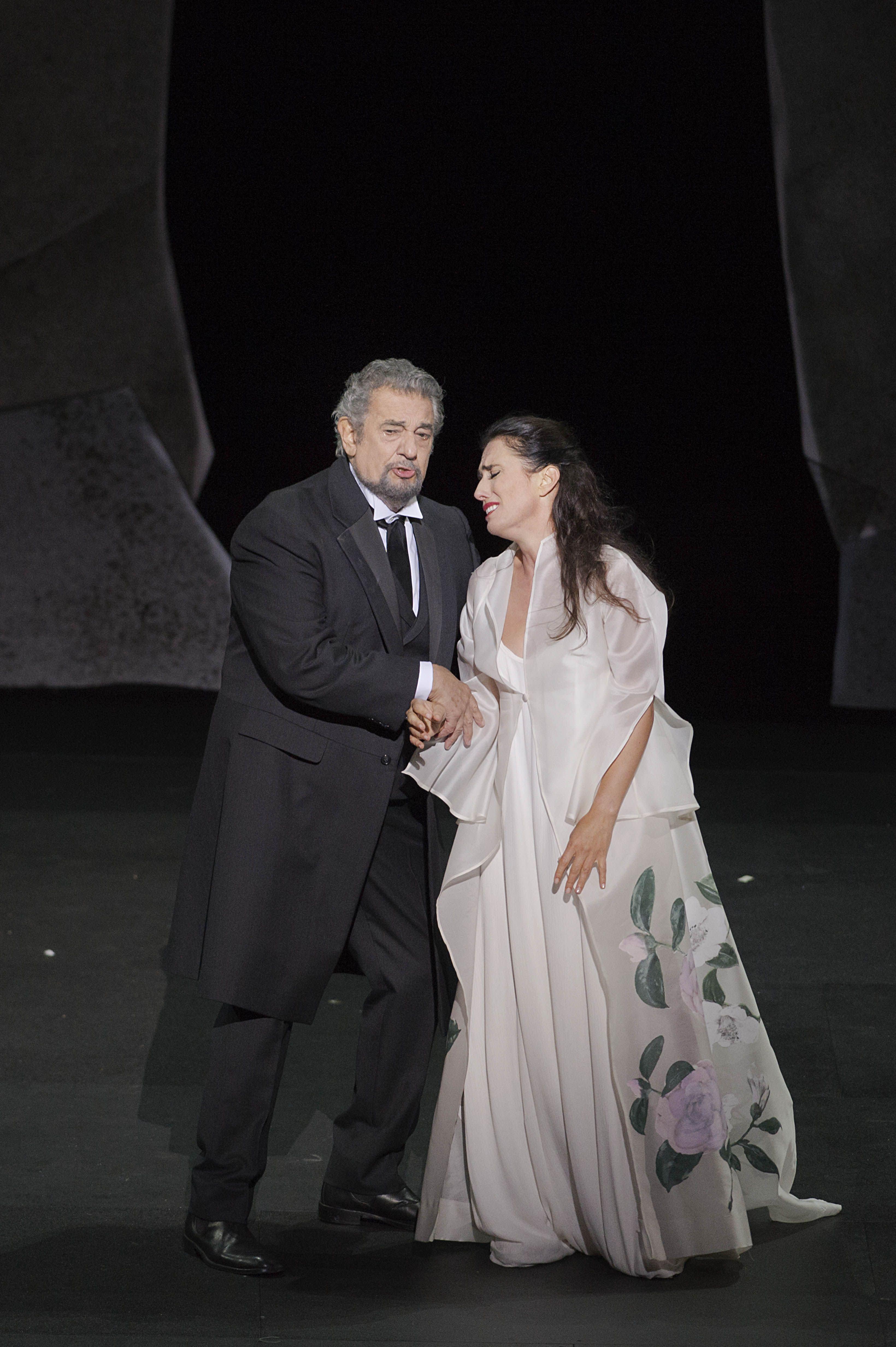 《茶花女》歌劇版女主角薇奧蕾塔與男友的父親。