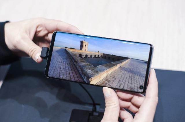 Samsung imagines full-screen phone with a camera hidden under the display