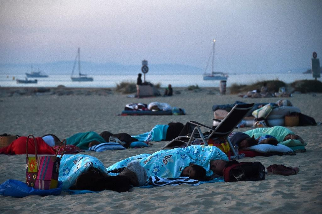 Many people chose to sleep on the beach because of the forest fires on France's Cote d'Azur (AFP Photo/ANNE-CHRISTINE POUJOULAT)