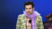 Harry Styles vuelve a poner las boas de plumas de moda a su paso por los Grammy