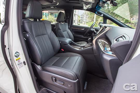 以豪華廂型車知名的Alphard,就連副駕駛座都配備了可抬升的腿靠,可說是服務所有乘客的完美選擇。