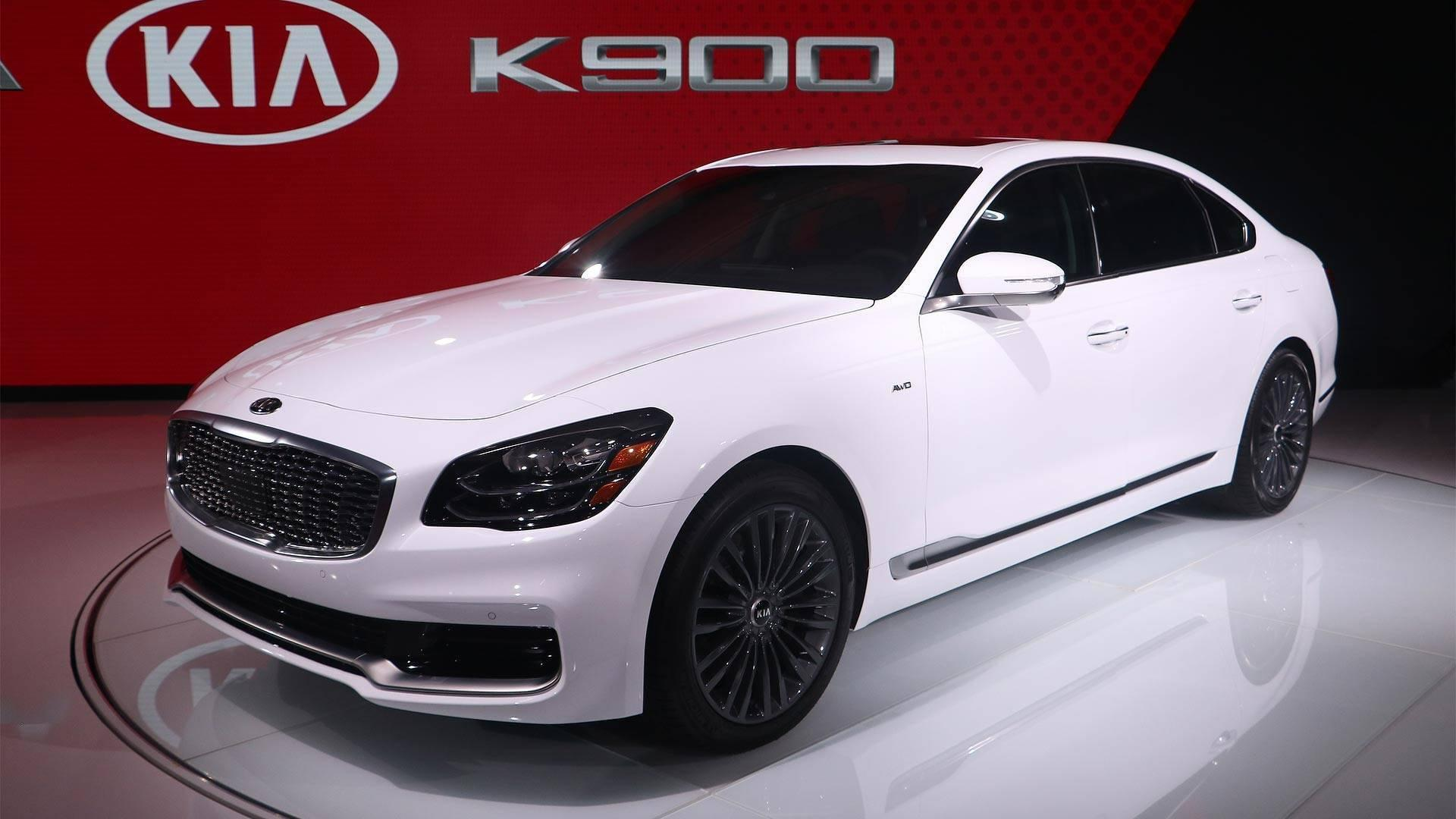 """<p><a href=""""https://www.motor1.com/kia/"""" rel=""""nofollow noopener"""" target=""""_blank"""" data-ylk=""""slk:Kia"""" class=""""link rapid-noclick-resp"""">Kia</a> knows how to design an attractive vehicle. The <a href=""""https://www.motor1.com/kia/stinger/"""" rel=""""nofollow noopener"""" target=""""_blank"""" data-ylk=""""slk:Stinger"""" class=""""link rapid-noclick-resp"""">Stinger</a> is the primary current example of the company's styling acumen, but the refreshed Optima and even the Stonic prove that the sport sedan isn't a one-off in the company's ability to create a pretty product. So what's up with the <a href=""""https://www.motor1.com/kia/k900/"""" rel=""""nofollow noopener"""" target=""""_blank"""" data-ylk=""""slk:K900"""" class=""""link rapid-noclick-resp"""">K900</a>?</p>"""