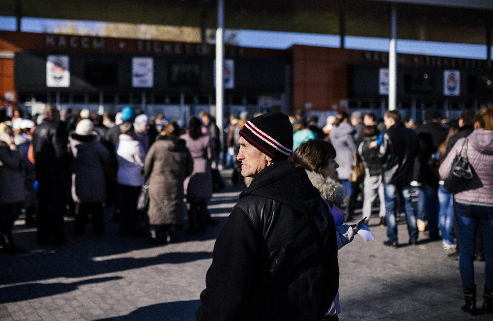 People queue to receive humanitarian aid at the Dombass Arena stadium in the eastern Ukrainina city of Donetsk on October 30, 2014 (AFP Photo/Dimitar Dilkoff)