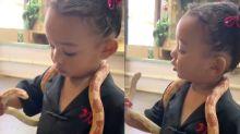 Kim Kardashian mostra filha brincando com cobra e gera polêmica
