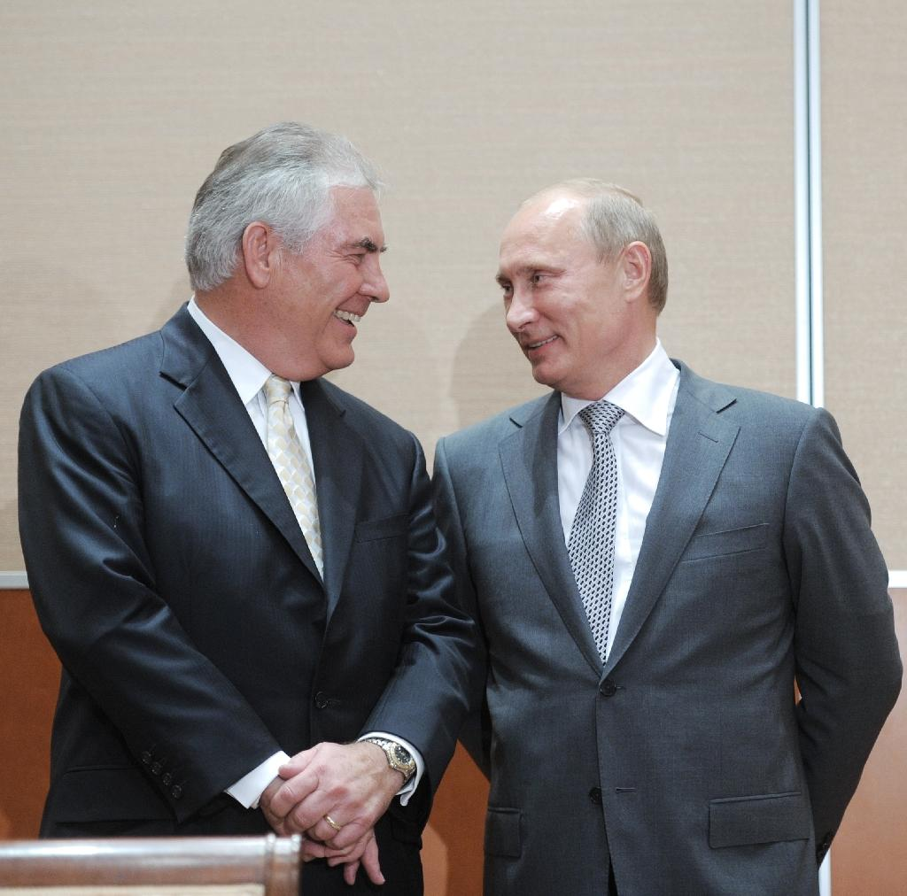 Vladimir Putin (L) speaks with ExxonMobil chief executive Rex Tillerson during the 2011 signing of a Rosneft-ExxonMobil strategic partnership agreement in Sochi (AFP Photo/Alexey Druzhinin)