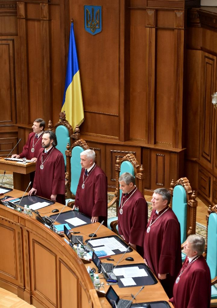 Vasyl Bryntsev (L), one of Ukraine's constitutional court judges, reads findings of the court during the sitting in Kiev, Ukraine on July 31, 2015 (AFP Photo/Sergei Supinsky)