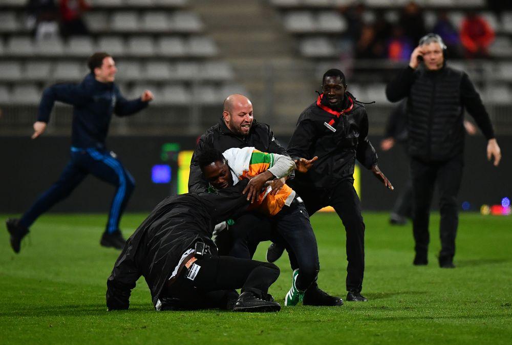 Länderspiel zwischen Elfenbeinküste und Senegal nach Platzsturm abgebrochen