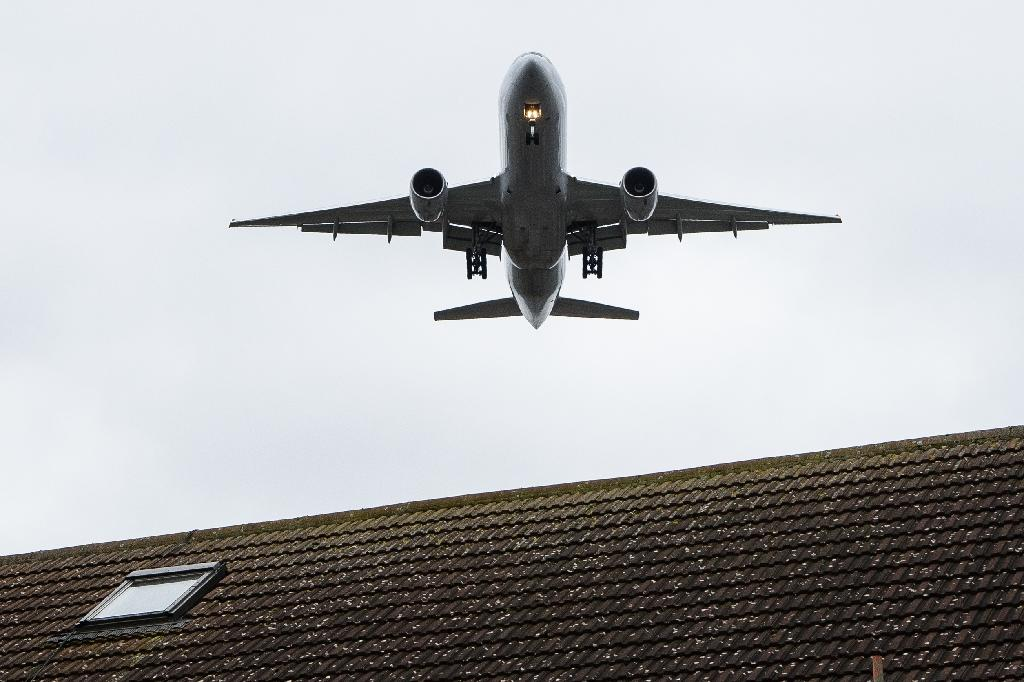 A government-appointed commission recommended in July 2015 that Britain should build a third runway at London Heathrow airport to ease congestion (AFP Photo/Leon Neal)