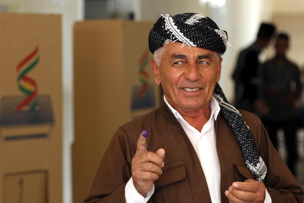 An Iraqi Kurdish man shows his ink-stained finger after voting in the regional capital Arbil on September 30, 2018 (AFP Photo/SAFIN HAMED)