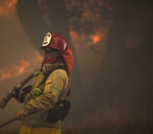 Thousands flee homes due to California fires