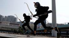 A FONDO-Manifestantes resisten asedio a universidad de Hong Kong con armas medievales y artificieros