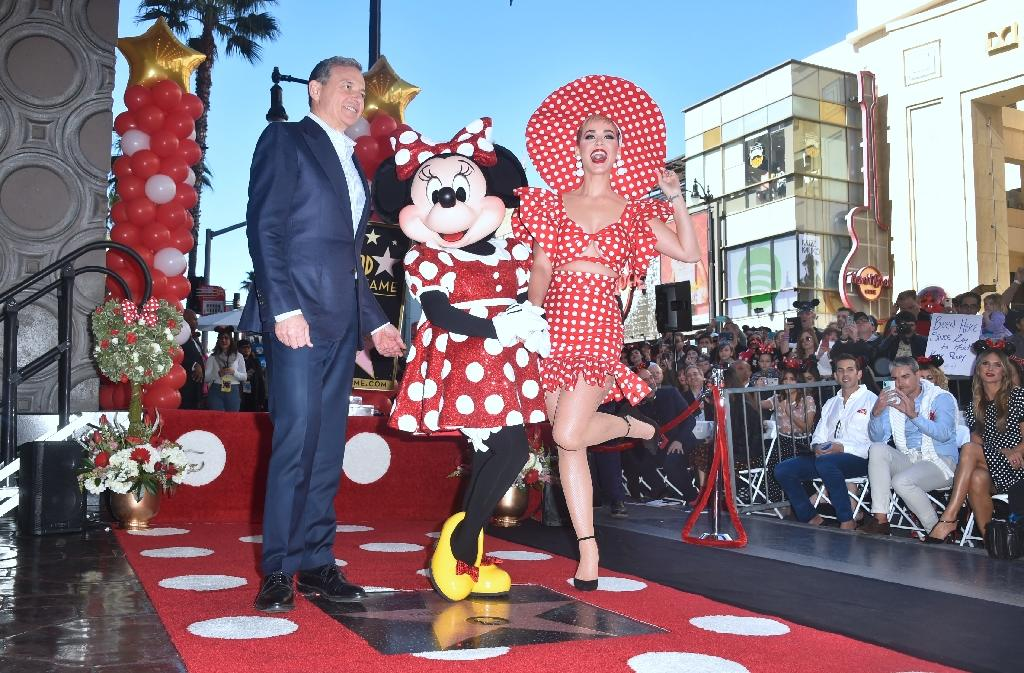 Minnie Mouse poses with Disney CEO Robert Iger and singer Katy Perry while being honored with the 2,627th star on the Hollywood Walk of Fame (AFP Photo/FREDERIC J. BROWN)