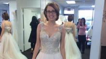 Foto von Frau in Hochzeitskleid rührt zu Tränen