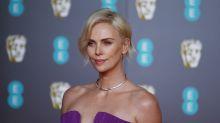 """Charlize Theron não se vê mais morando com outra pessoa: """"velha demais para essa m****"""""""