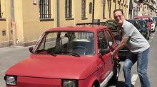 Tom Hanks posó junto a un auto ¡y se lo regalaron!