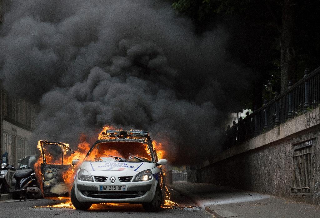 A police car is set on fire during riots in Paris on May 18, 2016 (AFP Photo/Cyrielle Sicard)
