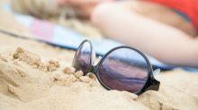 Sand auf der Brille immer mit fließendem Wasser entfernen