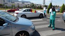 """""""Vuestras banderas no curan"""": Enfermeras se plantan ante los manifestantes contra el Gobierno"""