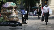 Cráneos callejeros anticipan la llegada de Día de Muertos en Ciudad de México