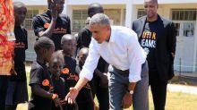 (FOTOS) Barack Obama vuelve a sus raíces y visita su pueblo ancestral en Kenia