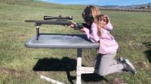 La niña de Pink y Carey Hart es grabada practicando tiro… y la polémica se desata