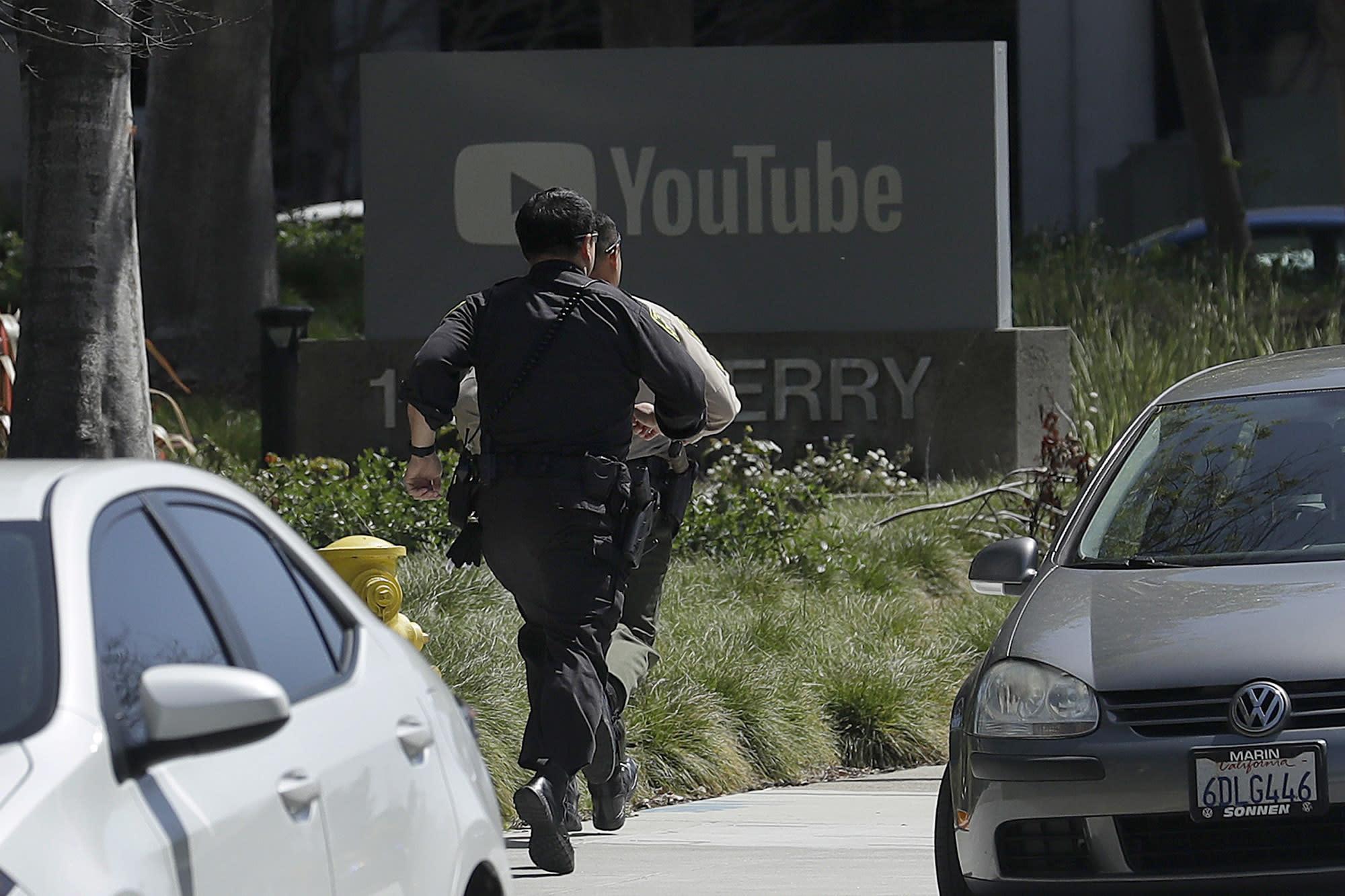 <p>Officers run toward a YouTube office in San Bruno, Calif., April 3, 2018. (Photo: Jeff Chiu/AP) </p>