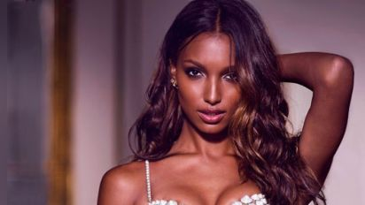Model shows off $3M Victoria's Secret bra