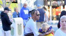 Hamilton viste a su sobrino de princesa en Disneyland