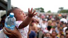 Cientos de migrantes de caravana de Honduras regresan a casa, algunos logran entrar a México