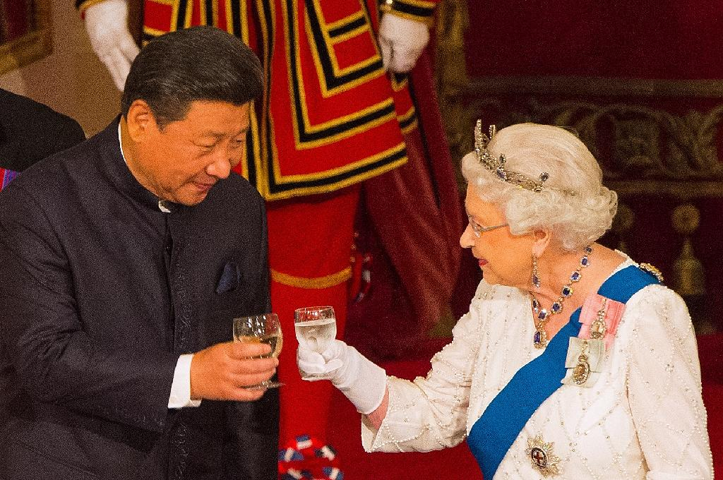 Britain's Queen Elizabeth II hosts a State Banquet for Chinese President Xi Jinping, at Buckingham Palace in London, on October 20, 2015 (AFP Photo/Dominic Lipinski)