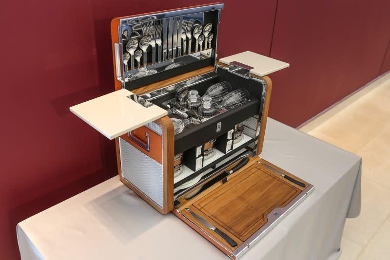 ▲車主訂購Rolls-Royce手工訂製四人野餐箱,由最精緻的帶油柚木,手工拋光鋁板及鞍皮製成,野餐箱桌面更特別選用與車內木紋飾板同款。