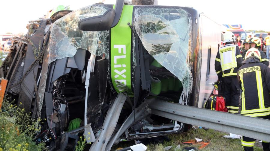 Bus verunglückt auf A9 - Viele Verletzte und ein Toter