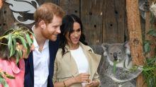 Harry e Meghan visitam Sydney e recebem presentes para seu bebê