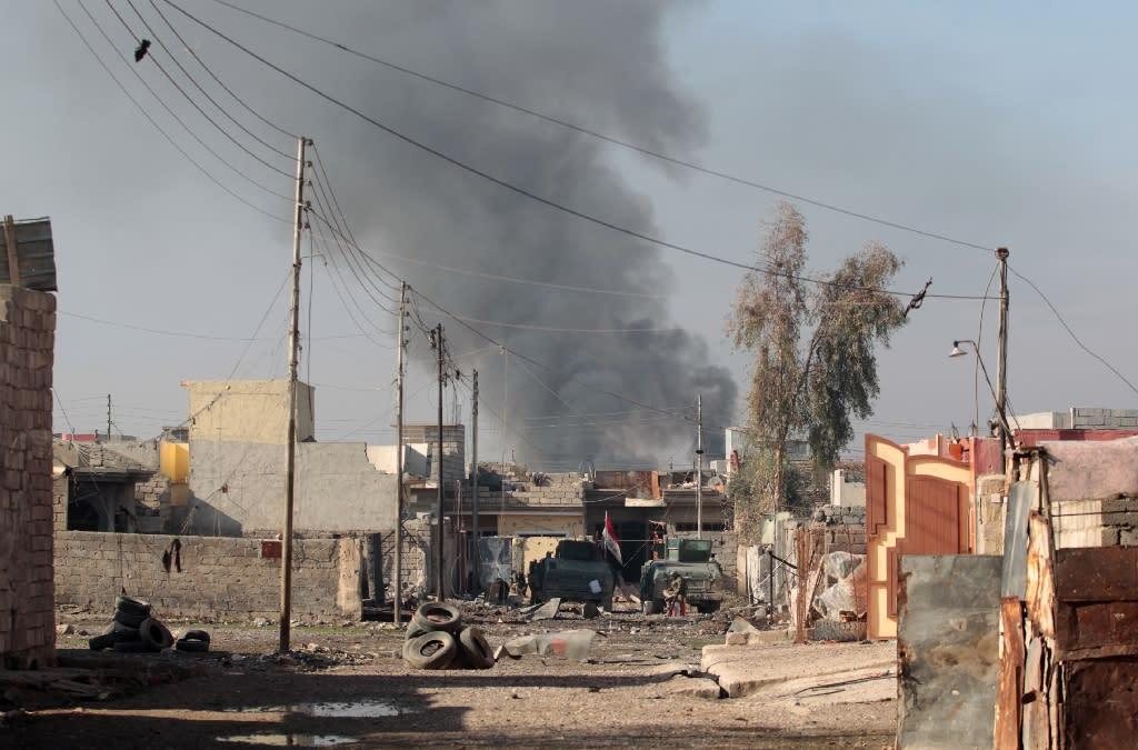 Smoke billows in Mosul's eastern Al-Intisar neighbourhood on December 30, 2016, during an ongoing military operation against Islamic State (IS) group jihadists (AFP Photo/AHMAD AL-RUBAYE)