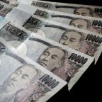 Virus-driven risk-off move lifts yen versus dollar