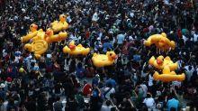 En Thaïlande, des canards en caoutchouc géants deviennent les symboles des manifestations pro-démocratie