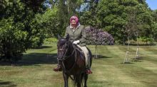 Coronavirus, si rivede la regina Elisabetta: a cavallo a Windsor