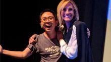 Julia Roberts deja el escenario y se acerca a abrazar a un fan que había viajado desde Indonesia para verla