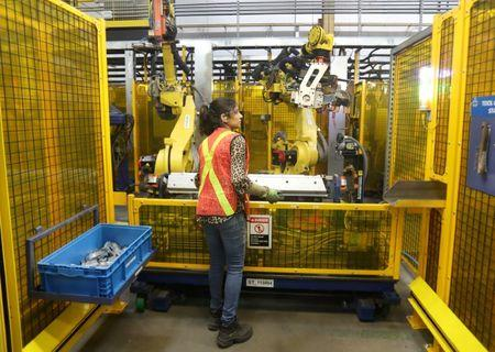 Canada manufacturing growth hits 2-1/2-year low as export orders fall