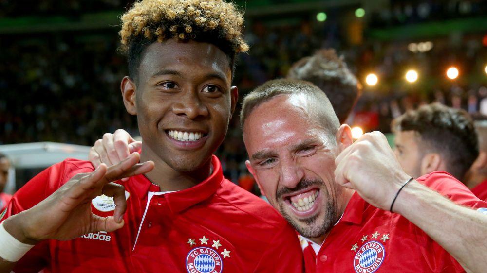 Ribery bekommt Geburtstags-Schmatzer von Alaba