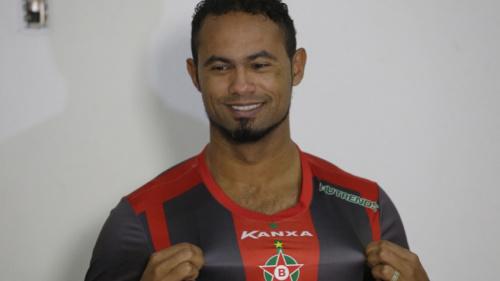 Justiça autoriza Bruno a dar aulas de futebol do lado de fora do presídio