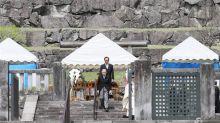El emperador Akihito visita la tumba de su padre antes de su abdicación