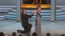 EMMYS: Da el discurso más emotivo y termina pidiéndole matrimonio a su novia en vivo