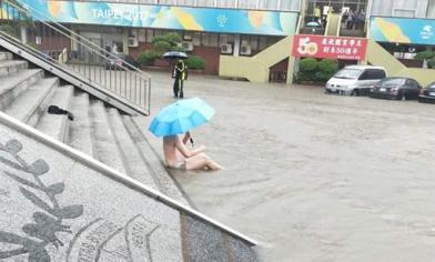 輔大淹慘了 學生坐在泥水中