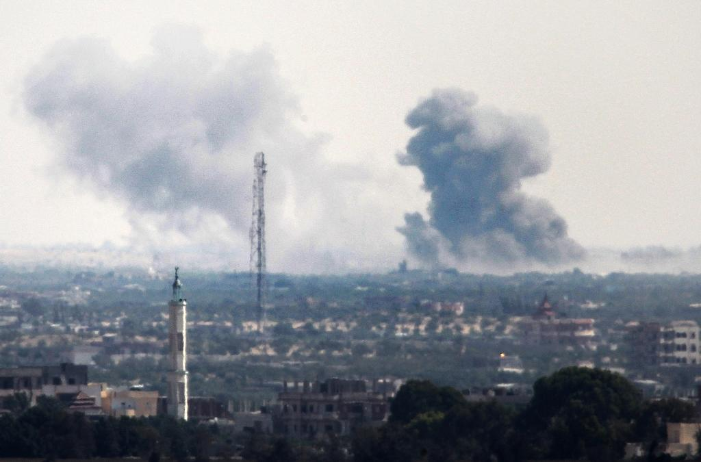 A picture taken from the Rafah border of the southern Gaza Strip with Egypt shows smoke billowing in Egypt's North Sinai on July 2, 2015 following an attack and clashes by Islamic State jihadists (AFP Photo/Said Khatib)