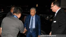 Dr M arrives in Papua New Guinea for Apec meet (VIDEO)