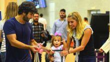 Deborah Secco se emociona ao reencontrar família em aeroporto