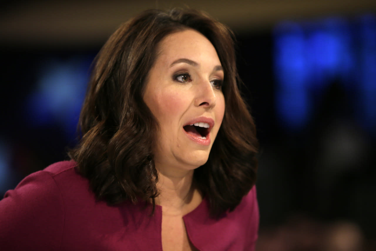 <p><i>Moderator Nancy Cordes talks before the Democratic presidential primary debate on Saturday in Des Moines, Iowa. (Photo: Charlie Neibergall/AP)</i></p>