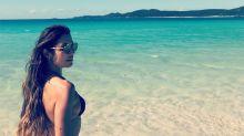 Patrícia Poeta chama atenção em praia na Austrália