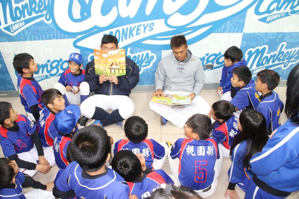 陳凱倫、劉時豪唸故事 三光國小球員興奮不已